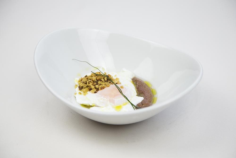 Espuma de morcilla con huevo a baja temperatura y migas de pan castaña - Gran Hotel Los Abetos