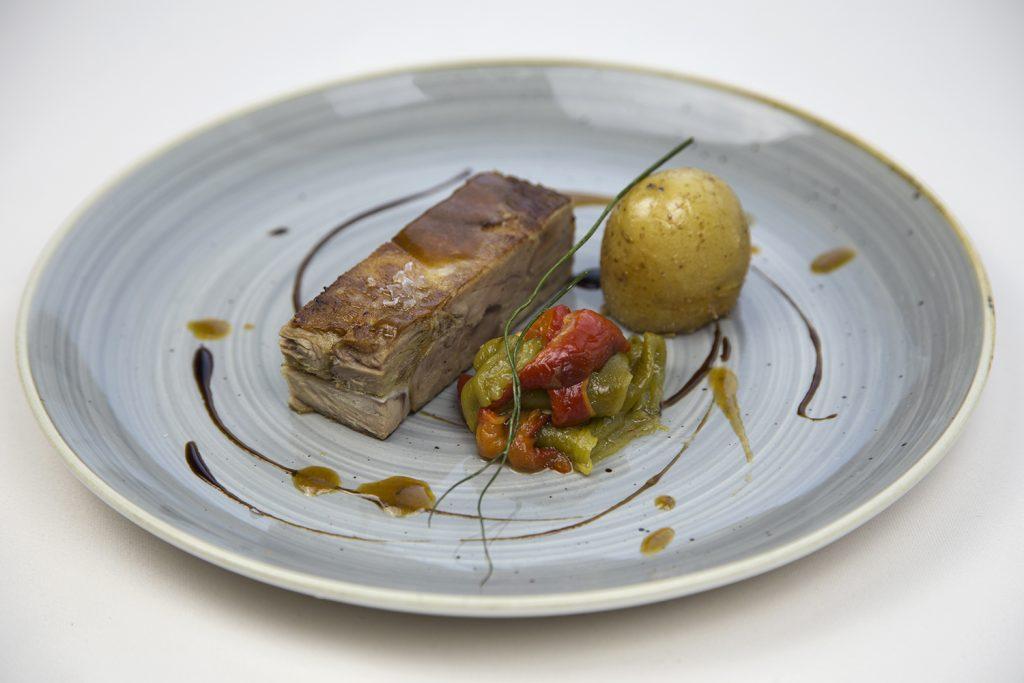 Prensado de lechazo con patata asada y pimientos - Gran Hotel Los Abetos