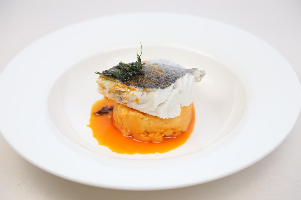 Bacalao confitado con cremoso de coliflor y ajada